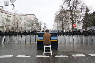 @jordibernabeu: A man playing the piano in front of the police (Riots // Kiev). Font: http://t.co/JXnnGkMcNv http://t.co/jkVhP1YILO by Jordi Bernabeu Farrús
