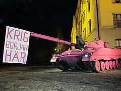 Ofog målar Umeås stridsvagn rosa by Nätverket Ofog